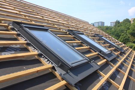 ventanas abiertas: Nuevas cubiertas de techo, pero sin los tragaluces - ventanas de tejado Foto de archivo
