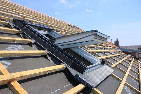 Nuevas cubiertas de techo, pero sin los tragaluces - ventanas de tejado Foto de archivo
