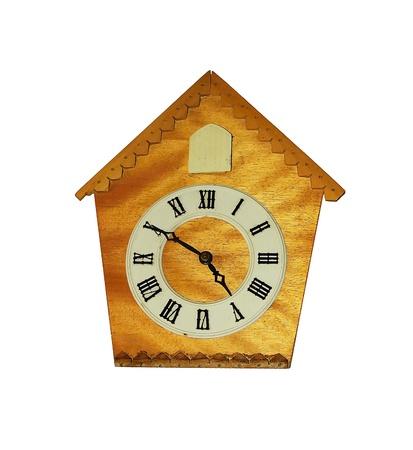 reloj cucu: Reloj de cuco de madera aislado en blanco