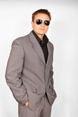Attraktive Jüngling mit Sonnenbrille im Anzug Standard-Bild - 7389530