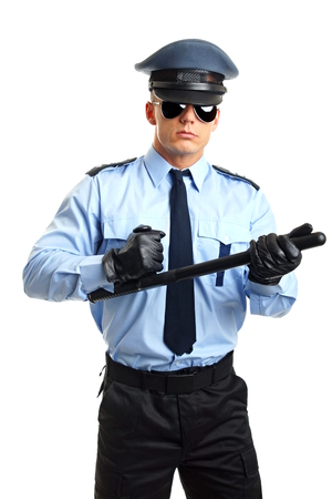 Polizist mit Sonnenbrille hält Knüppel auf weißem Hintergrund Standard-Bild - 33319716