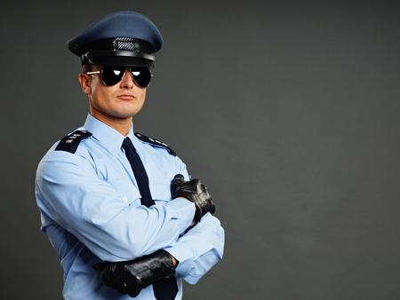 Portret van politieagent in zonnebril grijze achtergrond Stockfoto