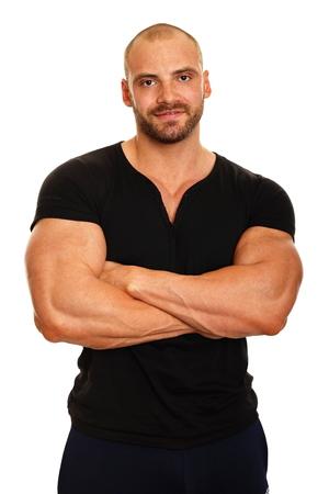 beau jeune homme: Homme muscl� en chemise noire debout sur fond blanc