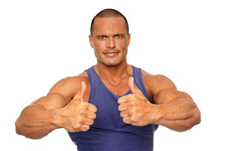 hombre deportista: Hombre muscular que muestra los pulgares para arriba sobre fondo blanco