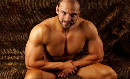 m�nner nackt: Naked muskul�sen Mann sitzt auf der Couch