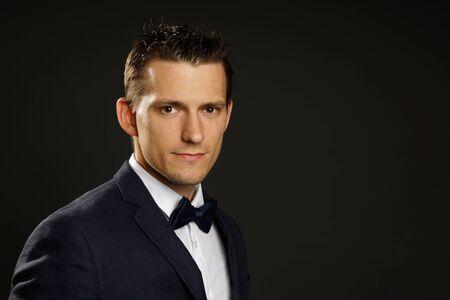 Porträt der jungen Geschäftsmann in Anzug auf grauem Hintergrund, rechts können Sie einen Text schreiben Standard-Bild - 69441233
