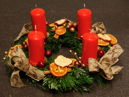 Beautiful advent decoration with four red candles on gray background Standard-Bild