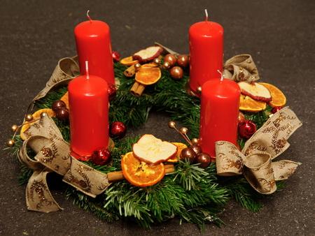 Schöne Advent Dekoration mit vier roten Kerzen auf grauem Hintergrund Standard-Bild - 69610806