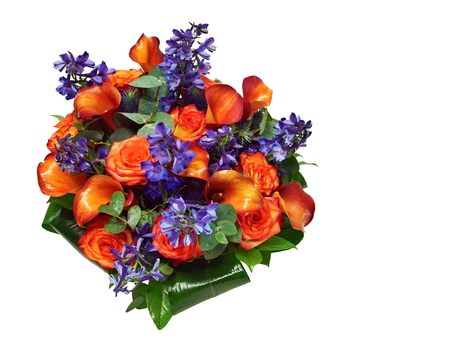 Beautiful bouquet of orange rose and calas on white background, at right you can right some text. Standard-Bild