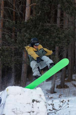 springboard: Saltar con trampol�n en el Bosque  Foto de archivo