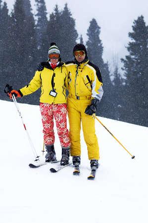 Sciatori della famiglia Yong in giallo e nevicate