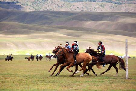 Valle mariposas, Kazajstán - 12 de agosto: Un nómada nacional tradicional a larga distancia equitación competencia Bayga en acción el 12 de agosto de 2009, en el valle del delantero, Kazajistán.Foto tomada: 12 de agosto de 2009