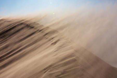 пыль: Песчаная буря в пустыне национальный парк Алтын-Эмель, Казахстан Фото со стока