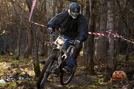 oct 31: Almaty, Kazajst?n - 31 de octubre: A. Riazanov (N19) en acci?n en la carrera de calabaza cuesta abajo en bicicleta de monta?a 'en la pista ART. Mini DH. Halloween '31 de octubre 2010 en Almaty, Kazajst?n.