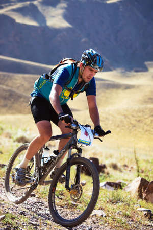 sportsman: ALMATY, Kazajst�n - 05 de septiembre: T.Dauranov(N4) en acci�n en el marat�n de esqu� de fondo de bicicleta de monta�a de aventura marat�n Bartogay mariposas Bat�n 2010 en septiembre de 2010 en Almaty, Kazajst�n.