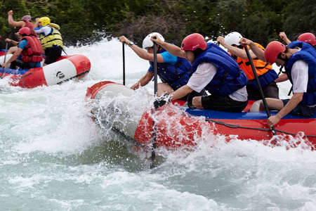"ALMATY, Kasachstan - 27. Juni: ""Alina"" Team in Aktion am Wettbewerb am Chilik River Rafting. Juni 27, 2011 in Almaty, Kasachstan."