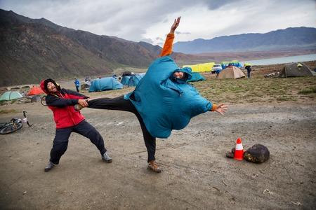 アルマトイ、カザフスタン - 2016 年 5 月 2 日: ボランティア冗談山「ジェラン トロフィー 2016」で冒険マウンテン バイク クロスカントリー競技開始前の強風で
