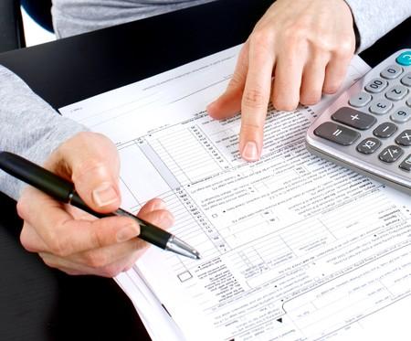 impuestos: Mujer de negocios, trabajando con documentos en la Oficina