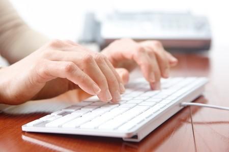 toetsenbord: Zaken vrouw handen de witte toetsen bord