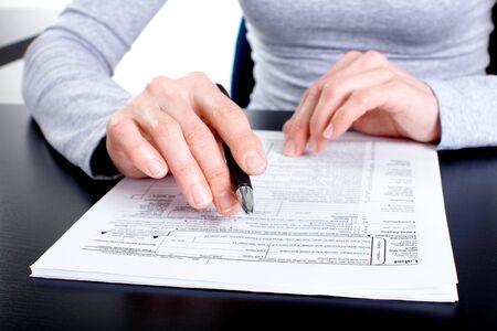 podatnika: KsiÄ™gowy wypeÅ'niania dokumentów.  Zdjęcie Seryjne