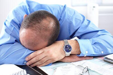 weariness: Empresario durmiendo en la Oficina