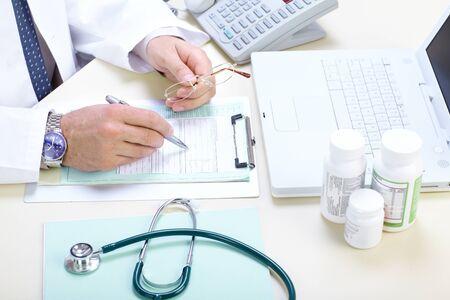 recetas medicas: M�dico farmac�utico trabaja en la Oficina