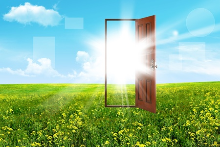puertas de madera: Resumen puerta abierta en la estepa, el cielo y el sol Foto de archivo