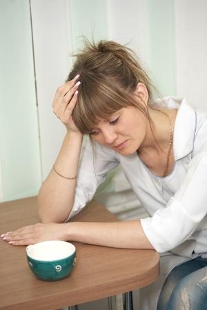 müdigkeit: M�digkeit. Die Frau, der Arzt trinkt Kaffee im Krankenhaus