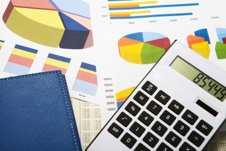 Calculator and diagrams. Finance and accounting business. Standard-Bild