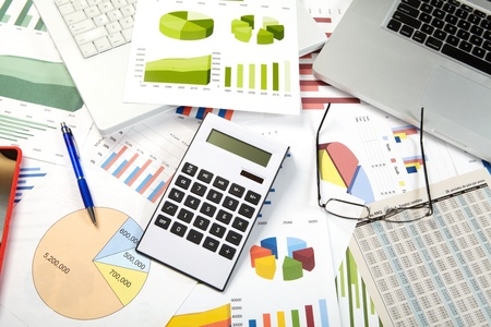 Calculator, charts, business table in the office Stockfoto