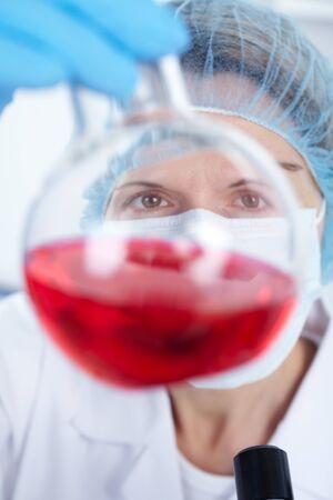 bata de laboratorio: Equipo cient�fico trabajando con la r�plica en un laboratorio