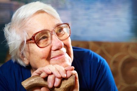 damas antiguas: Mujer mayor con el retrato de los vidrios. Concepto de Jubilaci�n