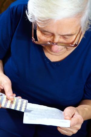 pilule: Retrato de mujer de edad avanzada con las p�ldoras. Cuidado de la salud Foto de archivo