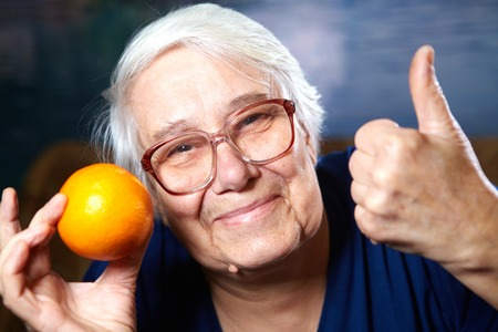 vecchiaia: Donna anziana con la frutta. Dieta sana e nutrizione. Archivio Fotografico