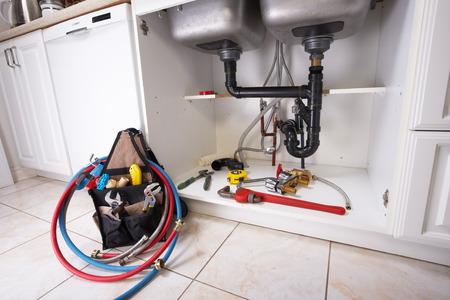 outils plomberie: Outils de plomberie sur la cuisine. Banque d'images