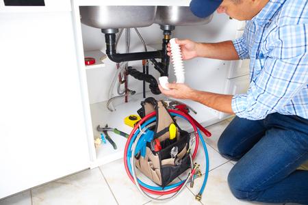 outils plomberie: Plombier avec des outils de plomberie sur la cuisine. R�novation.