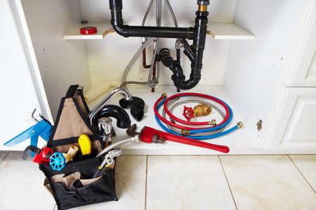 outils plomberie: Outils de plomberie sur la cuisine. R�novation fond. Banque d'images