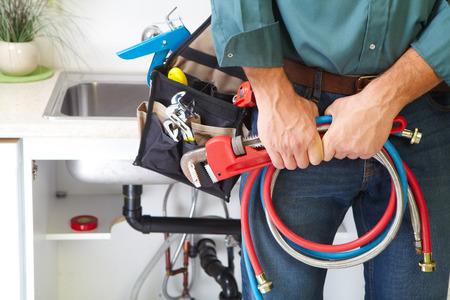 Fontanero con herramientas de fontanería en la cocina. Renovación. Foto de archivo - 34760090