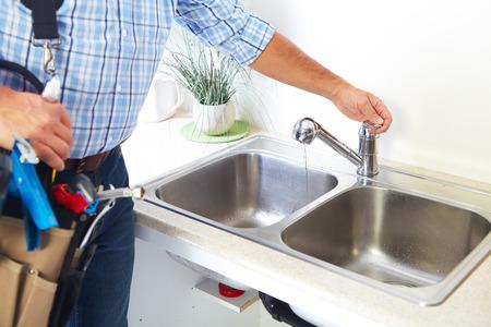 fontanero: Fontanero en la cocina. Renovaci�n y fontaner�a.