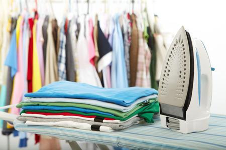 servicio domestico: Plancha el�ctrica y la camisa, en el fondo de tela Foto de archivo