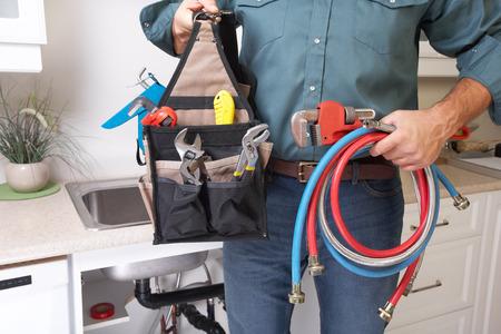 fontanero: Fontanero con herramientas de fontaner�a en la cocina. Renovaci�n.
