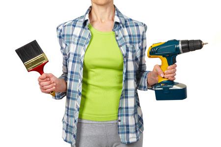 mujer trabajadora: Mujer con un taladro. Renovación de la casa y el concepto de reparación.