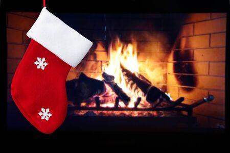 rote Weihnachtssocke und Kamin im Zimmer . Weihnachten Standard-Bild