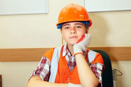 Jeune entrepreneur de détente dans le bureau. Construction