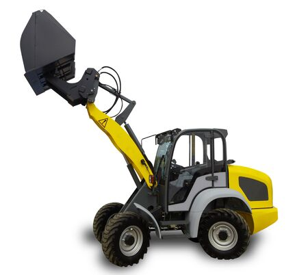 Gelber landwirtschaftlicher Traktor mit Rädern auf weißem Hintergrund