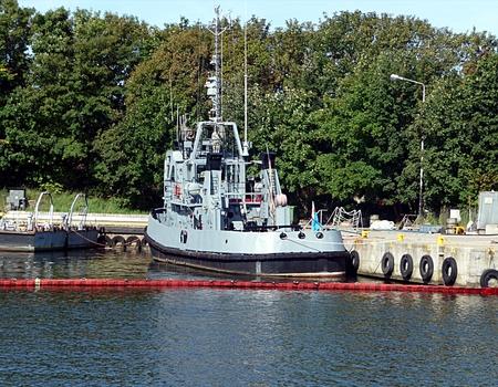 Armeeschiff im Hafen Standard-Bild - 90206690