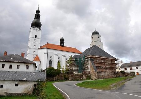 Kirche und Burg, Dorf Branna, Tschechische Republik, Europa Standard-Bild - 93036710