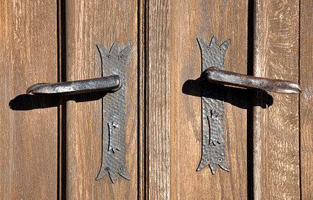 manual metal door handle and wooden door Standard-Bild