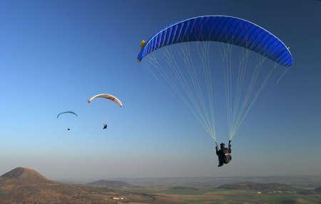 parapente: parapente - parapente en el cielo azul  Foto de archivo