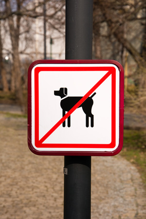 No Dogs Sign in park Stock Photo